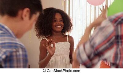 mignon, fille noire, sourire, appareil-photo, et, jouer, à, ballons