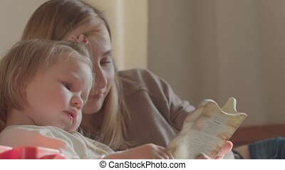 mignon, fille, relâcher, jeune, lit, livre, mère, portrait, sourire, lecture, mensonge