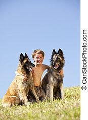 mignon, garçon, chiens, deux