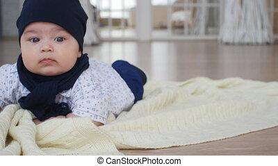 mignon, garçon, couverture, bas, bébé, mensonge