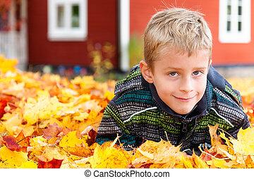 mignon, garçon, feuilles, jeune, automne, jouer