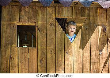 mignon, garçon, jeune regarder, fenêtre, par, cour de récréation