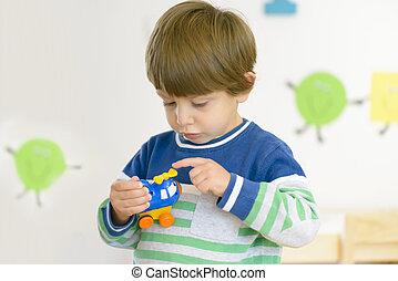 mignon, garçon, jouet, examiner