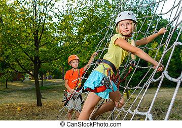 mignon, garçon, parc, corde, aventure, children., escalade, girl, structure, cour de récréation