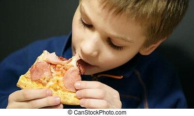 mignon, garçon, pizza mangeant