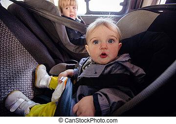 mignon, garçon, voiture, s'installer, siège, girl