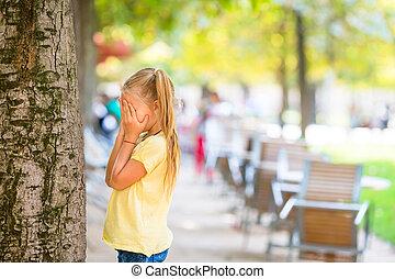 mignon, girl, jouant peau cycle recherche, près, arbre,...