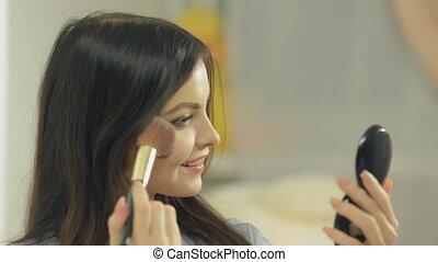 mignon, gros plan, brunette, miroir, regarder, maquillage