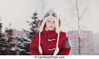 mignon, gros plan, lent, hiver, lancement, agréable, peu, neige, mouvement, caucasien, amusement, portrait, girl, air, avoir, vêtements
