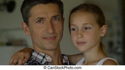 mignon, gros plan, père, appareil photo, ils, embrasser, fille souriant, maison