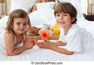 mignon, gros plan, soeur, frère, leur, parents, chambre à coucher, petit déjeuner, avoir