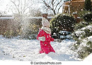 mignon, hiver, maison, ensoleillé, neige, day., seven-year, arrière-cour, girl, jouer, vêtements
