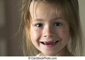 mignon, innocence, brouillé, blonds, portrait, fille souriant, rigolote, peu, concept., jeune, arrière-plan., appareil photo, sourire, yeux, beauté, dentaire, problèmes, enfant, gris, édenté, enfance