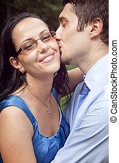 mignon, intime, couple, moment, baiser, heureux