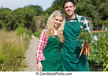 mignon, jardin, couple, carottes, leur, poser, tenue