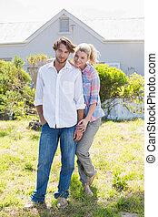 mignon, jardin, couple, ensemble, leur, appareil photo, sourire