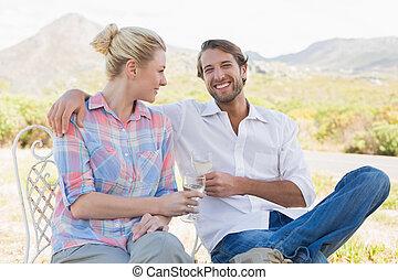 mignon, jardin, séance, couple, ensemble, apprécier, vin