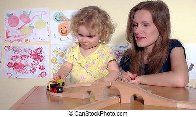 mignon, jeu, jouet, elle, mère, train, blonds, mains, girl, applaudissement