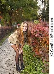 mignon, jeune, appareil photo, girl, poses, park.