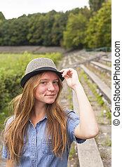 mignon, jeune, historique, tourism., girl, chapeau, park.