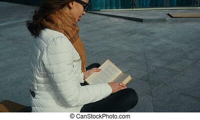 mignon, jeune, livre, lecture fille, lunettes