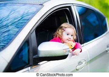mignon, jouet, séance, voiture, ours, girl, enfantqui commence à marcher