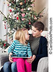 mignon, lettre, elle, séance, projection, tablette, devant, arbre., santa, numérique, maman, girl, noël, préscolaire