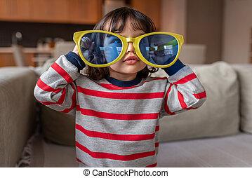 mignon, lunettes soleil, maison, jouer, énorme, girl, peu, nouveauté