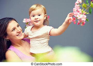 mignon, mains, mère, bébé, sourire, fleurs, girl, heureux