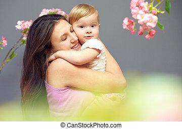 mignon, mains, mère, dorlotez fille, fleurs, aimer