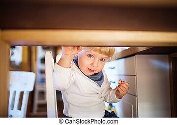 mignon, manger, garçon, bonbons, sous, enfantqui commence à marcher, table.