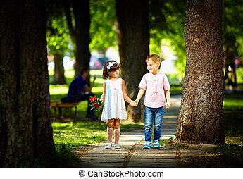 mignon, marche, été, parc, ensemble, gosse