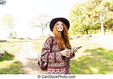 mignon, mobile, positif, parc, jeune, automne, téléphone., étudiant, roux, utilisation, girl
