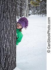 mignon, neigeux, arbre, derrière, forêt, girl, dissimulation