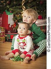mignon, nourrisson, course, garçon, jeune, matin, mélangé, arbre., bébé, apprécier, noël
