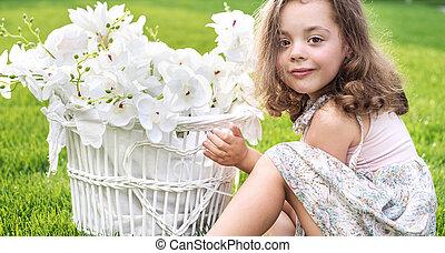 mignon, osier, enfant avoirs, panier, portrait, fleurs blanches