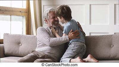 mignon, papy, jouer, rire, vieux, petit-fils, maison, gai