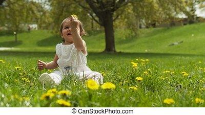 mignon, park., dorlotez fille, herbe, jouer