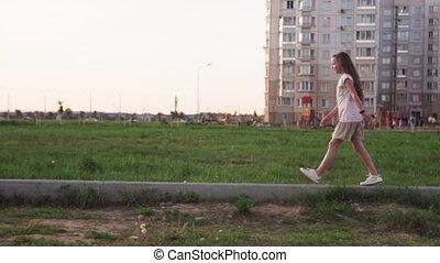 mignon, pelouse, bûche, ville, peu, marche, béton, girl