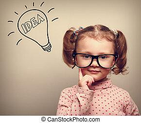 mignon, pensée, gosse, girl, dans, lunettes, à, idée, ampoule, regarder