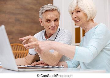 mignon, personnes âgées accouplent, discuter, détails, de, les, projet