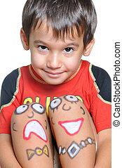 mignon, petit garçon, à, peint, smileys, sur, sien, jambes