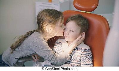 mignon, petit garçon, docteur, baisers, soeur, him., dentiste, chair., séance, réception., frère, mâle, soutiens, girl, avant