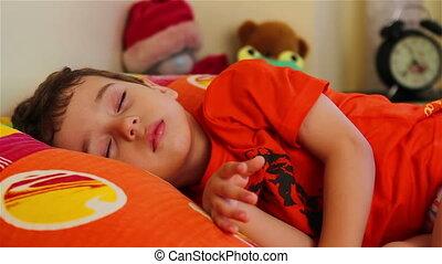 mignon, petit garçon, dormir