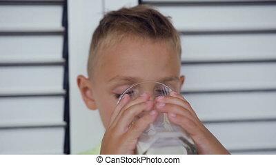 mignon, petit garçon, lait, verre., enfant, boire, caucasien, morning., boissons