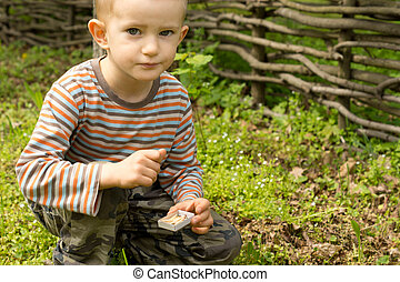 mignon, petit garçon, regarder, appareil photo, pensivement