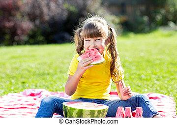 mignon, petite fille, à, pastèque, herbe, dans, été