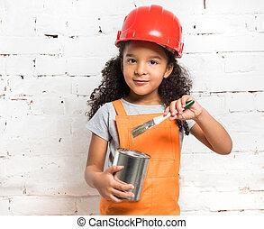 mignon, petite fille, dans, uniforme orange, à, peindre étain, dans, mains
