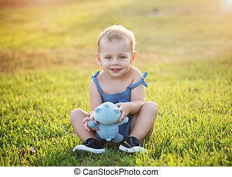 mignon, petite fille, est, s'asseoir herbe, dans, a, parc
