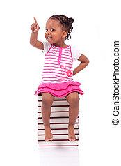 mignon, petite fille, gens, livres, -, isolé, assis, pile, américain, arrière-plan noir, africaine, blanc, enfants